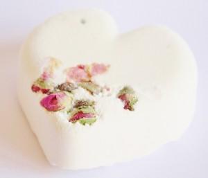 El jabon artesanal de rosas es uno de los más demandados