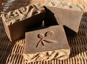 Preparando jabón de sándalo artesanalmente