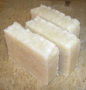 Fotografía de un jabón con aceite usado y sosa cáustica